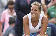 Za zvuku hudby se přitulila k tyči a lascivně rozvlnila boky. Že by reprezentantka Barbora Strýcová (31) vyměnila tenis za jiné umění?