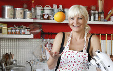 Kde vaří slavní: Proč nemá bordelářka Bára Nesvadbová v kuchyni skříňky? A jak to vidí architektka? +RECEPT