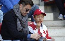 Model Mareš se synem na fotbale: Ohákl se za 376 tisíc! A klobásu má za pade!