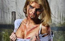Prsatá manželka fotbalového bouřliváka to přehnala s make-upem! Poznáte ji?