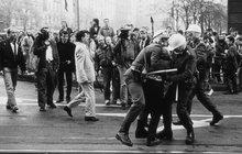 Po stopách slavných »sametových« fotek: Policisté si bití fotili pro sebe!