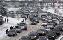 Kvůli sněžení kolabovala v předešlých dvou dnech doprava na dálnici D1. Řidiči se museli obrnit na mnohahodinové kolony a také na nepříznivost počasí. V takové situaci se proto hodí vozit v autě i věci nad rámec povinné výbavy.