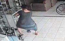 Jak ukrást televizi? Šup s ní pod sukni!