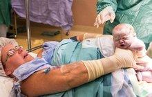 Šokující narození dvojčat z Austrálie: Odrodila se sama! Císařským řezem!