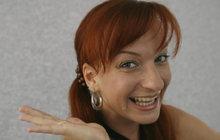 Zůstala v roli. Sandra Pogodová (43) si po představení Dívčí válka na sobě nechala bílé šaty, v nichž hraje Krokovu dceru Kazi, a hupsla z divadla rovnou do tramvaje.