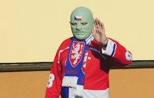 Živý talisman českých hokejistů Fantomas: Proč už si před stadionem raději nenasazuje masku?!
