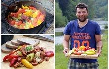 Vaříme cvalem s Michalem: Letní klasika trochu jinak. Zkuste kotlíkové lečo s klobásou!