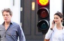 Hugh Grant s tajemnou brunetkou: Nová láska nebeská?