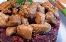 Už jste jedla kuřecí pahorek s fialovou rýží? Pokud ne, uvařte si jej podle receptu Kateřiny Gajové.