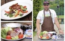 Vaříme cvalem s Michalem: Šéfkuchař Aha! pro ženy připravil pochoutku pro horké letní dny - Salát s grilovanou slaninou!