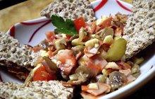 Večeře i pro ty, které hubnou: Dietní hlívový salát s rajčaty podle Tomáše Miky