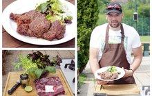 Vaříme cvalem s Michalem: Šéfkuchař Michal tvrdí, že na léto stačí maso a salát. A tak uvařil grilovaný roštěnec se salátem!