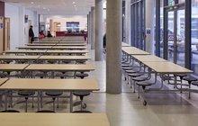 Školní jídelny zejí prázdnotou! Rodiče žáků nemají na jejich obědy! Řešení přesto existuje