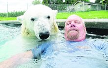 Neobvyklý mazlíček statečného Kanaďana: Doma chová ledního medvěda!