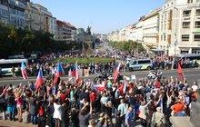 Stovky lidí v Praze řekly: Uprchlíky tady nechceme! A kousek od nich migranty zase vítali...