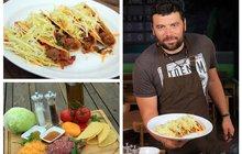 Vaříme cvalem s Michalem: Šéfkuchař Michal připravil milovníkům pálivého mexickou specialitu - Tacos s mletým masem!