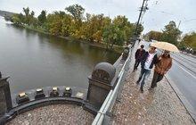 Řidič prorazil zábradlí mostu u Národního Divadla!