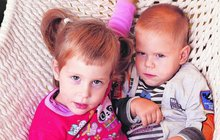 Tříletá dvojčátka: Evička je zdravá a Daník nedokáže ani lézt!