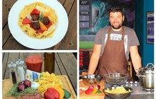 Vaříme cvalem s Michalem: Šéfkuchař Michal vaří super jídlo pro celou rodinu. Zkuste nudle s kuličkami z mletého masa!