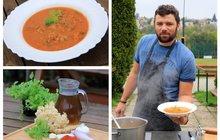 Vaříme cvalem s Michalem: Kuchař Michal opět zabrousil do lesa a připravil dobrotu na zahřátí - Polévku z kotrče!