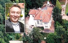 Pod tímhle domem, kam si vozil nejednu milenku, musí snad sedět žába na prameni! Od chvíle, co Karel Gott (78) v roce 2005 prodal rodinnou jevanskou vilu, se jí nedaří. Momentálně je po další rekonstrukci znovu na prodej.