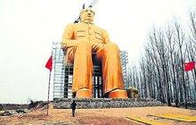 VČíně vyrostla 37 metrů vysoká socha diktátora: Obr Mao Ce-tung vypadá jako Shrek ze zlata!