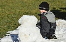 Sněhuláka zase leda z bláta! Víme, kdy se vrátí zima!