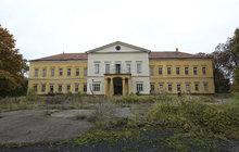 Někdejší sídlo esesáckého generála je na prodej. Rozlehlý areál zdevastovaného zámku přitom stále skrývá pozůstatky jeho desetiletého syna!