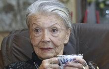 """Ve své knize """"Procházka životem"""" prozradila herečka Zdenka Procházková (91) mnoho pikantních zážitků, a i když působí jako dáma, vmládí to byla pořádná dračice. Někomu ale herečka leží hluboko vžaludku a tak se rozhodl napsat do redakce Sedmičky, že jedno velké tajemství si Zdenka nechala pro sebe."""