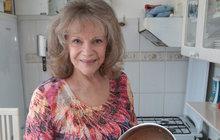 """Eva Pilarová (76) porazila rakovinu i díky léčitelům. Jeden z nich, Jaroslav Doubrava, jí pomáhá dodnes. Co na sebe prozradili? """"Zbavil mě bolestí, srovnal mi imunitu!"""""""