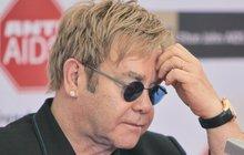 Český koncert Eltona Johna v ohrožení! Skončí v base za kroucení bradavek?!