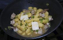 Vaříme cvalem s Michalem: Bramborové nočky s králičím masem - rychlé a chutné jídlo na všední den!