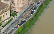 V historické Florencii se propadlo 200 metrů nábřeží: Jáma spolykala 32 aut!