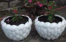 Co s plastovými lžičkami? Vyrobte z nich květináč!