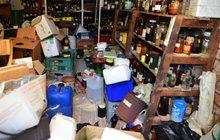 Dům, nebo laboratoř? Odvezli 10,5 tuny chemikálií!