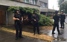 Běsnící otec (52) s pistolí: Holčičku (4) ochránili policisté se samopaly!
