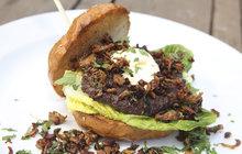 Vaříme cvalem s Michalem: Po vzoru americké kuchyně připravil kuchař Aha! pro ženy hovězí burgery s liškami!