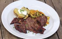 Vaříme cvalem s Michalem: Steaky k létu patří! Šéfkuchař je doplnil skvělým paprikovým salátem!