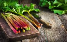 Jaro je tady a sním na zahrádkách začínají růst rebarbory. Víte ale jak tuto zeleninu správně sklidit a zpracovat?