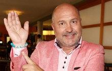 Hitmakerův netradiční dárek: Michal David ukázal náramek, který nejde sundat!