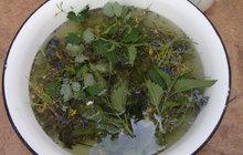 Uleví od bolesti i otoků: Dopřejte svým nohám voňavou bylinkovou koupel!