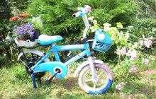 Kterak dětské kolo rozkvetlo: Ze starého bicyklu pěkný květináč!