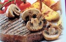Lahodné recepty z hovězího: Steak se žampiony a hranolky je večeře pro chlapy jako dělaná!