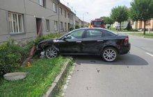 Srazil se s traktorem a vlétl do sloupu: Lampa spadla na ženu (72)!