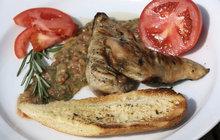Vaříme cvalem s Michalem: Další dávka šéfkuchařova letního grilování! Připravil kuřecí prsa s lilkovou salsou!
