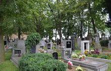 Vesnička u Prahy: Hřbitov, kam se lidé bojí chodit!