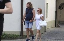 Vnadná zrzka a Rumcajs: Štěpánová si vyrazila s manželem!