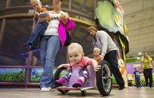 Nic ji nedokáže zastavit: Ochrnutá holčička svůj handicap vůbec nevnímá!