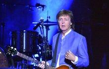 """Členové legendární kapely Beatles spolu nejenom hráli, někteří spolu sdíleli i ty nejintimnější momenty. S bizarní vzpomínkou na Johna Lennona (†40) teď své fanoušky šokoval zpěvák Paul McCartney (76), který prohlásil: """"Společně jsme masturbovali nad Bardotkou!"""" K tomuto zážitku prý došlo v domě Lennona, kde kromě nich byli ještě asi tři další přátelé."""