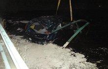 Šofér (24) doplatil na opileckou jízdu: Seděl na střeše potopené oktávky!